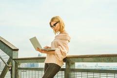 Östligt - europeisk resande för affärskvinna som arbetar i New York arkivfoto