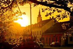 Östligt - europeisk stad av Krizevci den guld- solnedgången arkivfoto