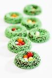 Östligt fondantcirklar med gröna sockerpärlor, sockerägg royaltyfria bilder