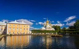 Östligt fyrkantigt damm med springbrunnen i Peterhof fotografering för bildbyråer