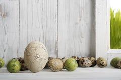 Östligt, garnering med keramiska ägg och vaktelägg royaltyfri bild