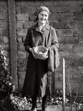 Östligt - hållande ägg för europeisk hög kvinna i hennes händer fotografering för bildbyråer