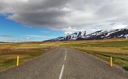 Östligt Island landskap med vägen arkivfoton