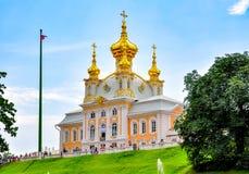 Östligt kapell av den storslagna Peterhof slotten i Petrodvorets, St Petersburg, Ryssland royaltyfri fotografi