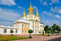 Östligt kapell av den storslagna Peterhof slotten i Petrodvorets, St Petersburg, Ryssland arkivbilder
