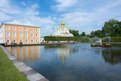 Östligt kapell av den storslagna Peterhof slotten, St Petersburg, Ryssland royaltyfri fotografi