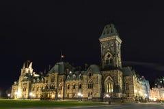 Östligt kvarter av parlamentbyggnader på natten Ottawa arkivfoton