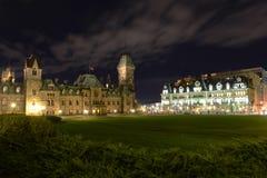 Östligt kvarter av parlamentbyggnader på natten Ottawa arkivbilder