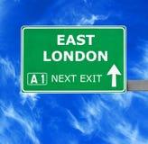 ÖSTLIGT LONDON vägmärke mot klar blå himmel arkivbilder