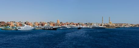 Östligt skeppsdockablåtthav och stor lyxig yachtpanorama arkivfoton