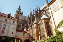 Östligt slut av den Sanka Vitus Cathedral Prague tjeckisk republik arkivfoton
