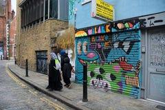 Östligt slut, London, gatakonst och muslimska kvinnor arkivfoton