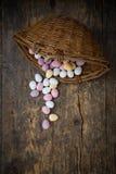Östligt sockereaster ägg, korg royaltyfri foto