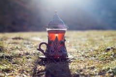 Östligt svart te i glass utomhus- bergbakgrund Östligt tebegrepp Armudu traditionell kopp Grön natursommarbackgrou royaltyfri fotografi