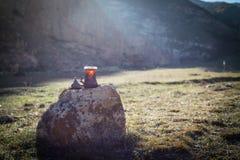 Östligt svart te i glass utomhus- bergbakgrund Östligt tebegrepp Armudu traditionell kopp Grön natursommarbackgrou arkivfoton