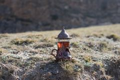Östligt svart te i glass utomhus- bergbakgrund Östligt tebegrepp Armudu traditionell kopp Grön natursommarbackgrou arkivbild