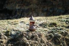 Östligt svart te i glass utomhus- bergbakgrund Östligt tebegrepp Armudu traditionell kopp Grön natursommarbackgrou arkivbilder