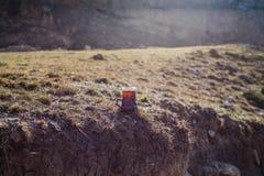 Östligt svart te i glass utomhus- bergbakgrund Östligt tebegrepp Armudu traditionell kopp Grön natursommarbackgrou royaltyfria bilder