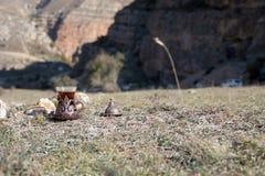 Östligt svart te i glass utomhus- bergbakgrund Östligt tebegrepp Armudu traditionell kopp Grön natursommarbackgrou fotografering för bildbyråer