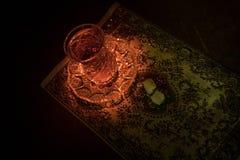 Östligt te i traditionell glasse och kruka på svart bakgrund med ljus och rök Östligt tebegrepp Armudu traditionella Azerb royaltyfri bild