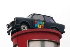 Östligt - tysk bil som annonserar Berlin royaltyfria bilder