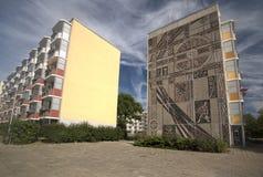 Östligt - tysk Plattenbauten i Greifswald med vägggarnering arkivfoton