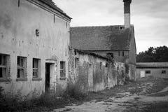 Östligt - tyskt förfallet lantbrukarhem arkivfoton