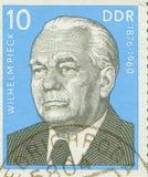 ÖSTTYSKLAND - CIRCA 1960: stämpla uppvisning av en stående av den första Tyska demokratiska republiken presidenten Wilhelm Pieck, Royaltyfri Bild