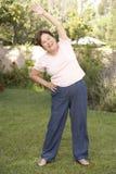 öva den trädgårds- höga kvinnan royaltyfri fotografi
