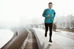 Öva för löpare som är utomhus- i dimma och dimmigt väder som blir activ arkivbild