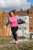 Öva för sport för kvinna stads- Arkivfoton
