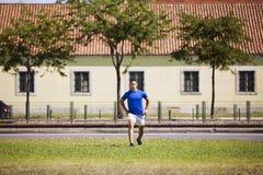 Öva för ung man som är utomhus- Royaltyfri Fotografi