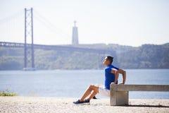 Öva för ung man som är utomhus- Fotografering för Bildbyråer