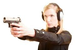 öva kvinnlig polisskytte Arkivbild