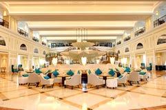 Öva påtryckningar inre av det lyxiga hotellet i nattbelysning royaltyfri fotografi