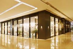 Öva påtryckningar och shoppa i kommersiell byggnad royaltyfri foto