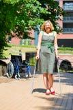 Övande gå för kvinna på kryckor Fotografering för Bildbyråer