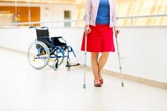Övande gå för kvinna på kryckor Royaltyfri Fotografi