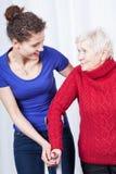 Övande gå för mogen dam med sjuksköterskan Royaltyfri Fotografi