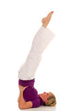 Övande gymnastik för kvinna Arkivfoton