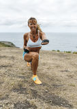 Övande kickboxing för kvinna Royaltyfri Foto