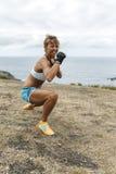 Övande kickboxing för kvinna Arkivfoto