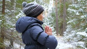 Övande pilates för ung kvinna i vinterskogen lager videofilmer