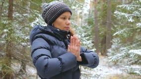 Övande pilates för ung kvinna i vinterskogen stock video