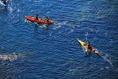 Övande revar kanota för folk på sirerna i Cabo de Gata arkivfoton