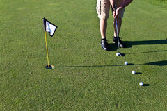 Övande sätta för golfare med flera golfbollar Royaltyfri Bild