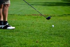 Övande sätta för golfare på gräsplanen arkivfoton