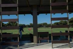 Övande skott för golfspelare på utbildning Royaltyfria Bilder