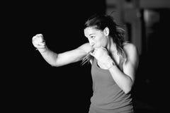 Övande slaglängder för muskulös kvinnlig boxare Fotografering för Bildbyråer
