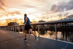 Övande sport för idrotts- man utomhus arkivfoto